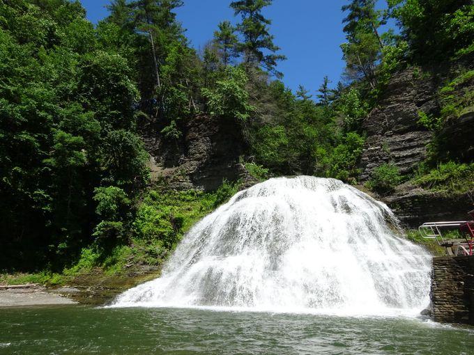 滝水浴もできる「エンフィールド滝」