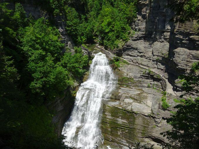 坂道を上って鑑賞する絶景「ルシファー滝」