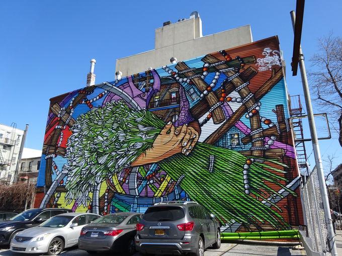 ダイナミックなストリートアートとウォーターフロントの風景