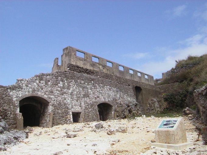 荒廃した燐鉱石貯蔵庫跡