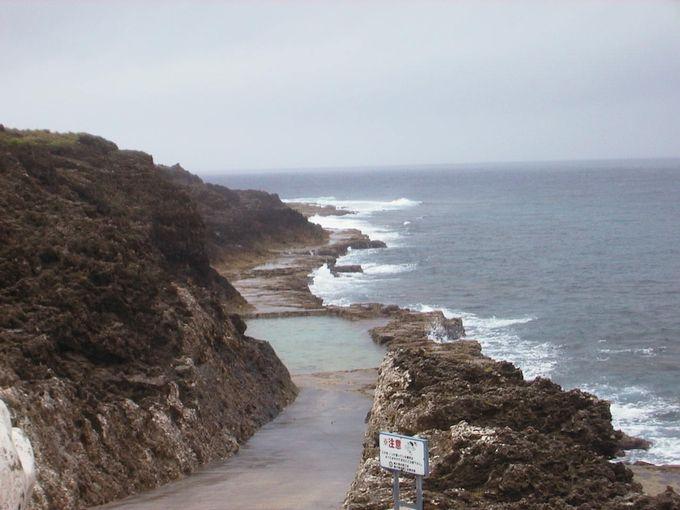 岩をくりぬいて作った海水プール