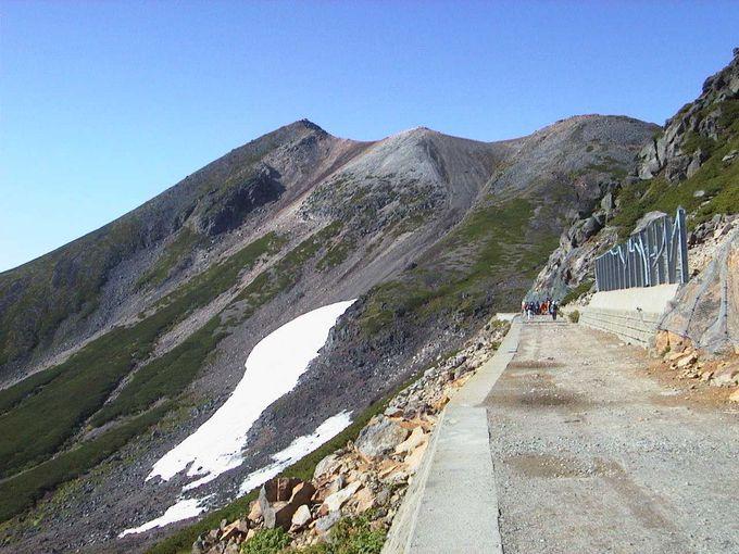 畳平でバスを降りて90分かけて乗鞍岳山頂剣ヶ峰を目指します!