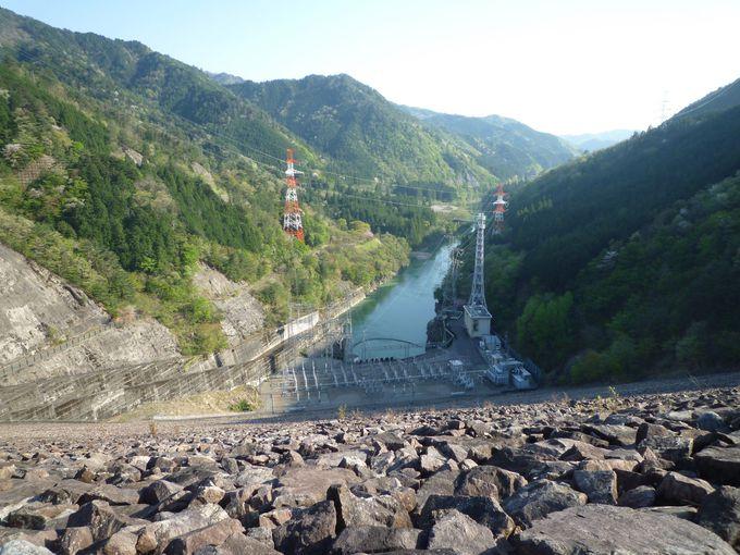 ダムの上からは足がすくむような風景が見られます!