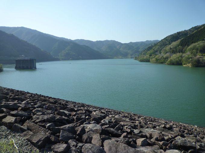 飛騨川の支流、馬瀬川を堰き止めて造られた「岩屋ダム」