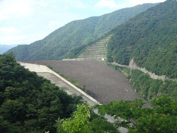 「徳山ダム」の全容は少し離れた場所からがよく見えます♪