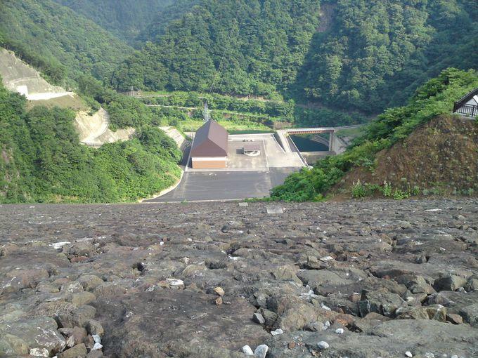 「徳山ダム」は中央遮水壁型ロックフィルダムという種類のダムです