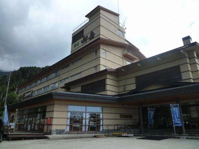 「旅館 御岳」では、かけ流しの天然温泉が日帰り入浴で利用できます