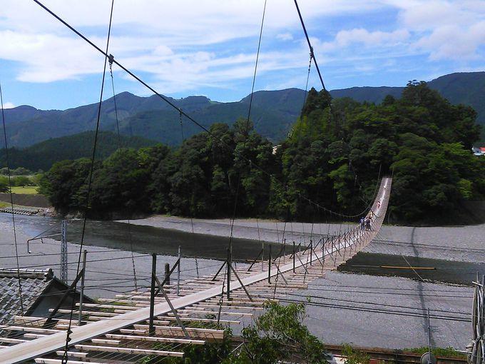 大井川に架かる最長吊り橋「塩郷の吊り橋」から列車を見下ろす