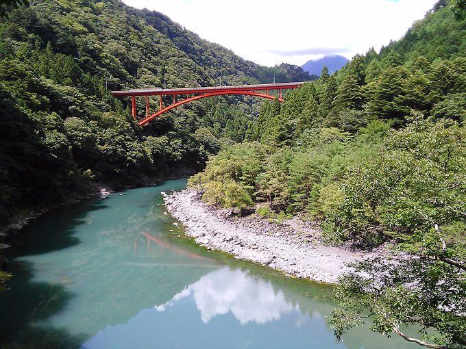 「奥泉駅」近くの「泉大橋」は川面に映る橋に目を奪われます
