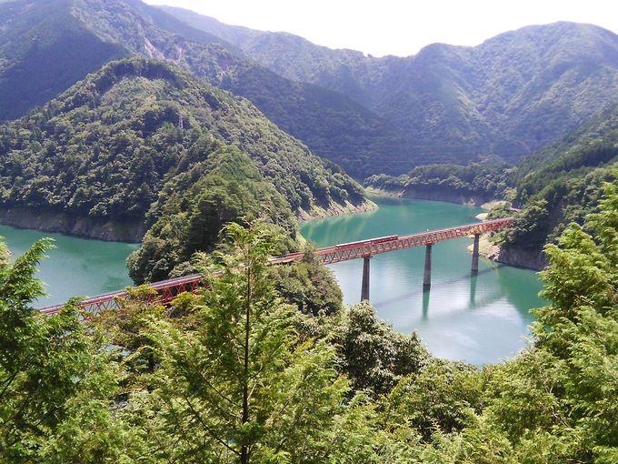 奥大井湖上駅に架かる「レインボーブリッジ」は遠望が美しい