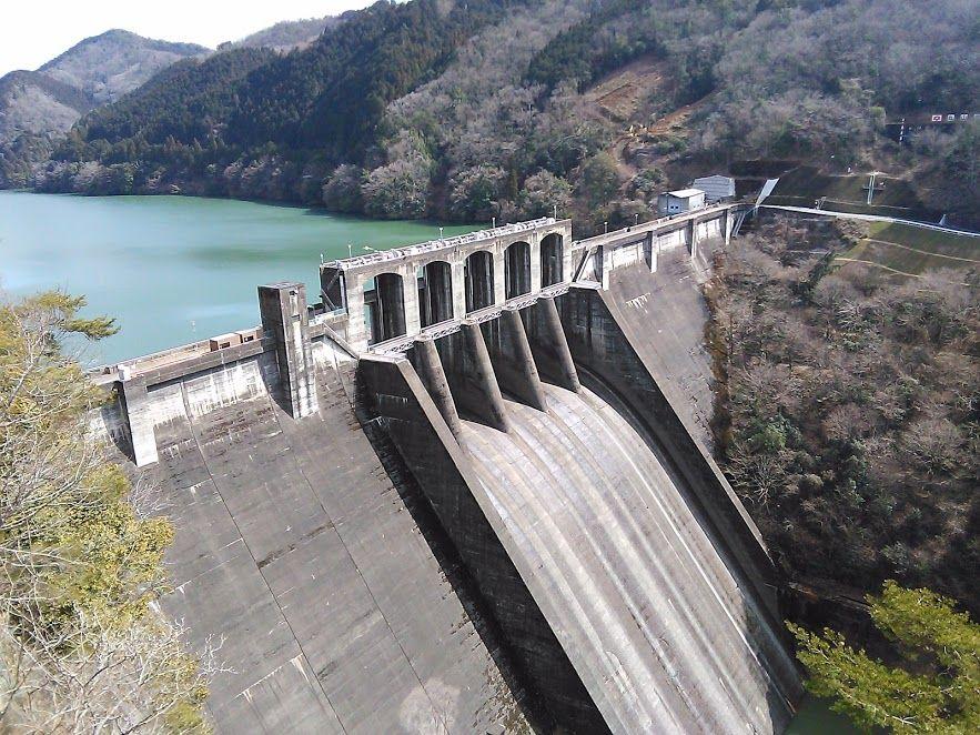 水量豊富な木曽川の流れを堰き止める、国内屈指の規模を誇る「丸山ダム」