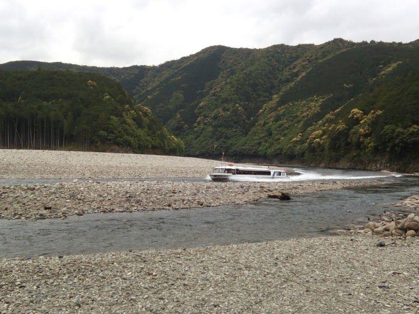 瀞峡巡りのウォータージェット船が滑走する北山川
