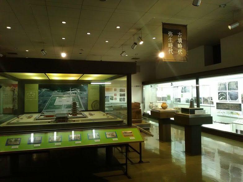 美濃国分寺について詳しく説明する歴史民俗資料館