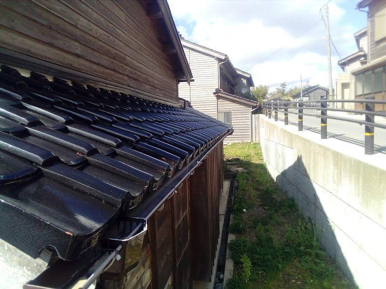 能登半島の特徴的な黒い屋根瓦「能登瓦」