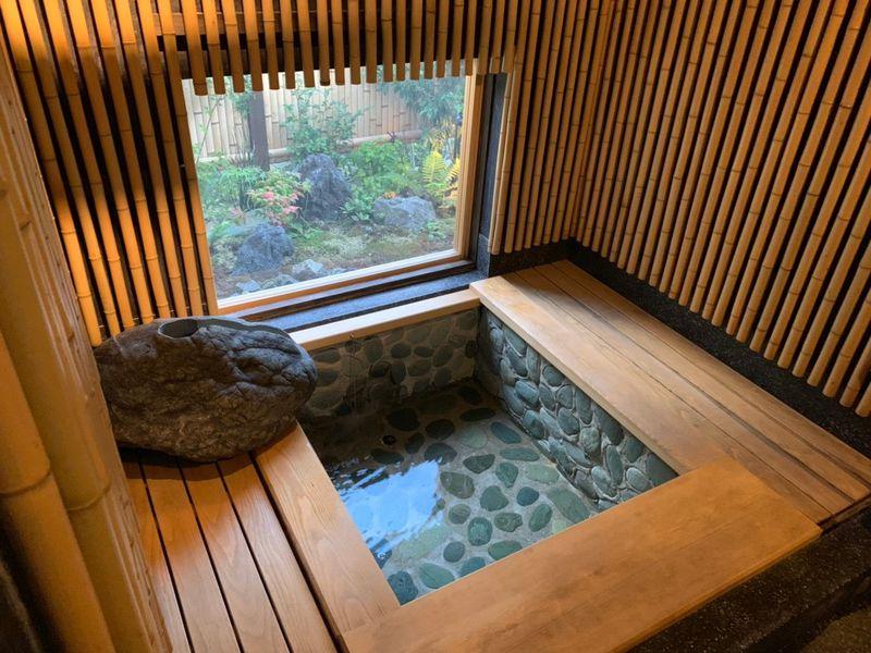 離れにある石造りのお風呂でリラックス