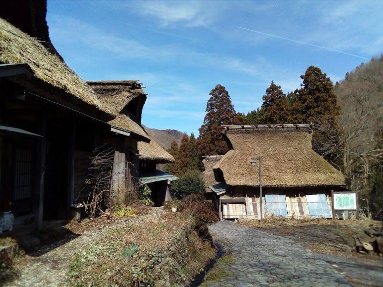 石畳の道に茅葺の家が残る北国街道の宿場町「板取宿」を歩く