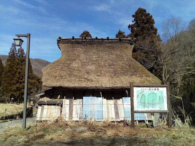 石畳の道と茅葺の屋根 当時の雰囲気が残ります