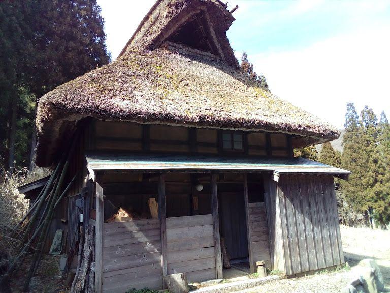 かぶとのような形をした「甲造り」の茅葺民家