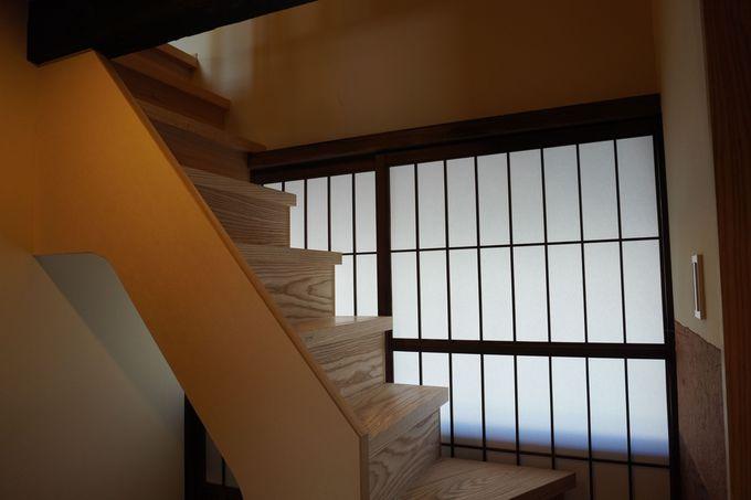 急な階段、太い梁、これぞまさに日本家屋