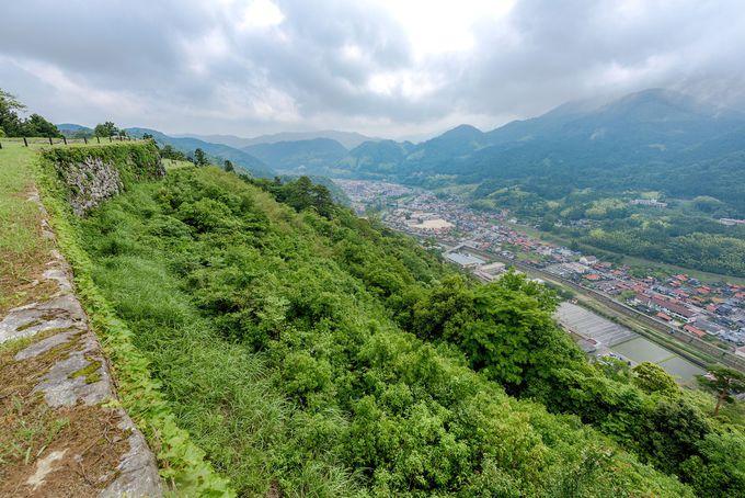 眼下に赤い石州瓦の津和野の町並みを見る