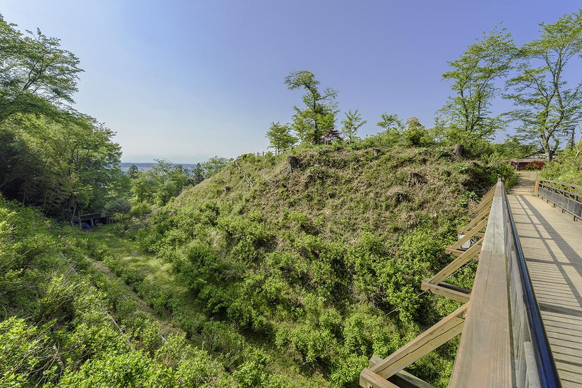 土塁や堀が完全な形で残る黒羽城は城郭としても必見である