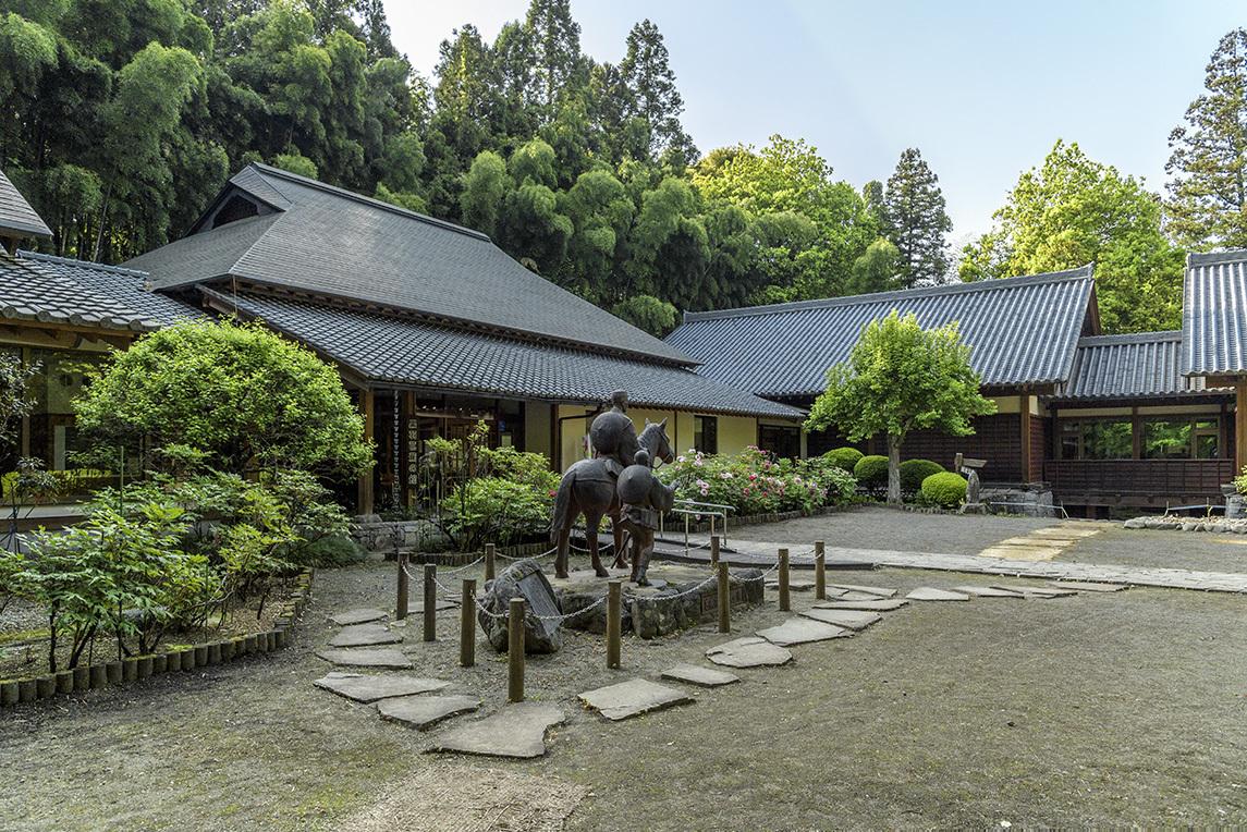 文学碑「おくのほそ道」と芭蕉の銅像に見る旅の情景
