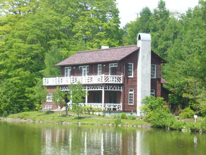 湖の奥に見えるのは「旧朝吹山荘・睡鳩荘」