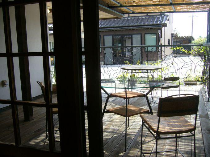 ライ麦パンのお店「ベーカリー&カフェ 一歩」から街道を眺める