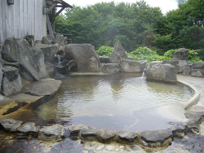 江戸時代の秋山郷の暮らしと文化を再現した宿で荒々しい鳥甲山を眺める開放的な露天風呂