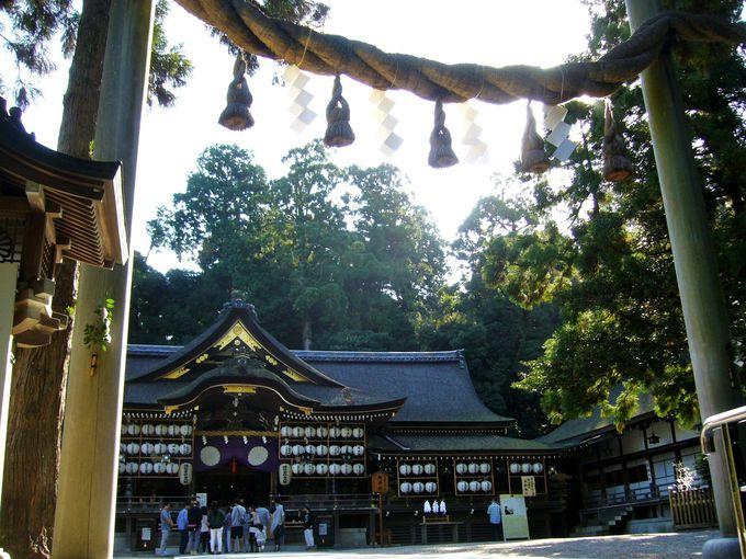 神が宿るとされる三輪山を御神体山として仰ぐ「大神神社」