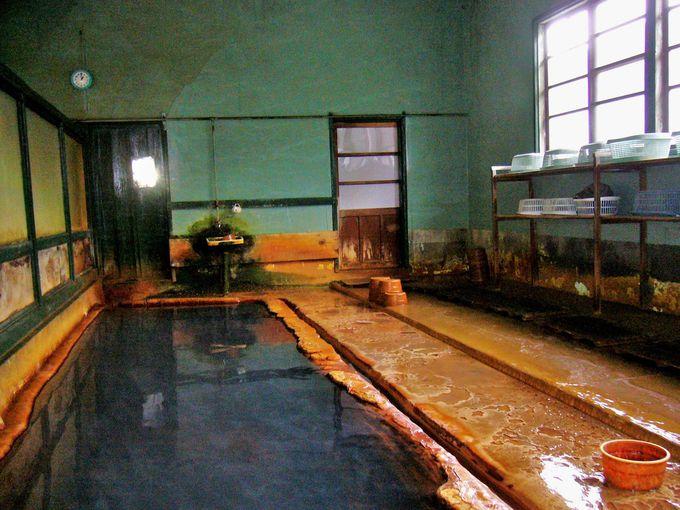 浴槽と脱衣場が一体の内湯は薄い茶色の濁り湯