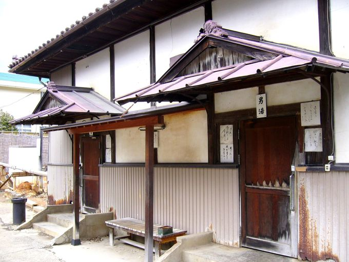 昭和の湯治場風情を色濃く残す男女別の入口のある湯屋