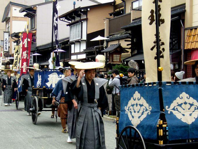 伝統衣装をまとった人々が古(いにしえ)を偲ばせる「御神幸(祭行列)」