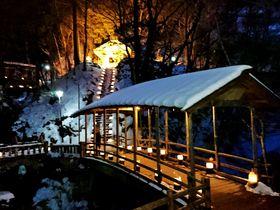 信州「鹿教湯温泉氷灯ろう夢祈願」は、氷と炎と人の温もり