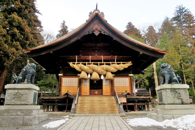 大きな注連縄をつけた神楽殿と日本最大の狛犬が目を引く「下社秋宮」
