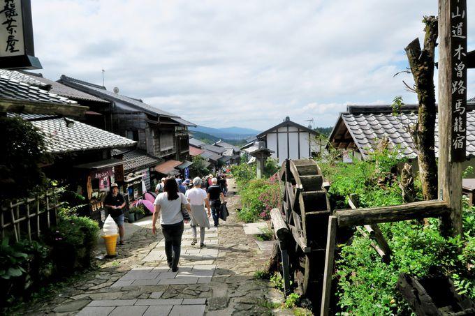 藤村が息づく石畳の坂道に軒を連ねるお店をめぐる「馬籠宿」