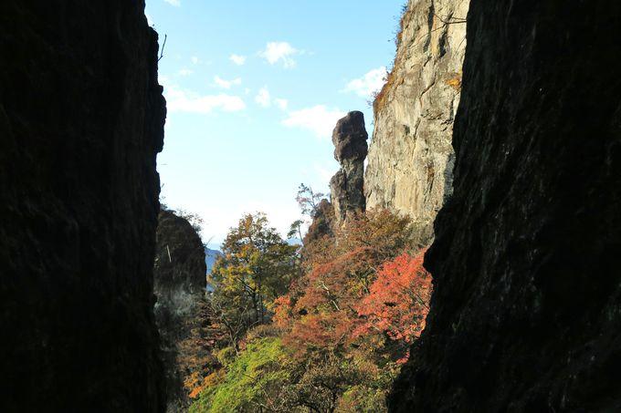 鎖をつたい、岩のトンネルをくぐる最大の難所・第二石門