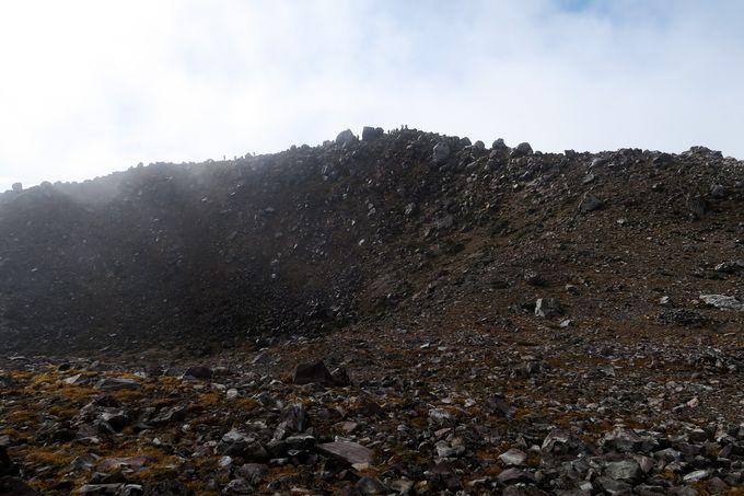 山頂でぐるりと火口を一周