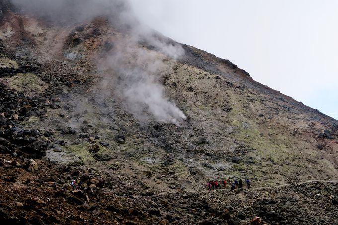 """火山活動を間近に感じる噴煙地帯""""無限地獄"""""""