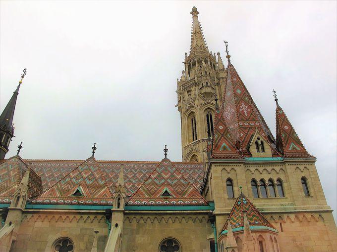 王宮の丘に建つカラフルな屋根の教会