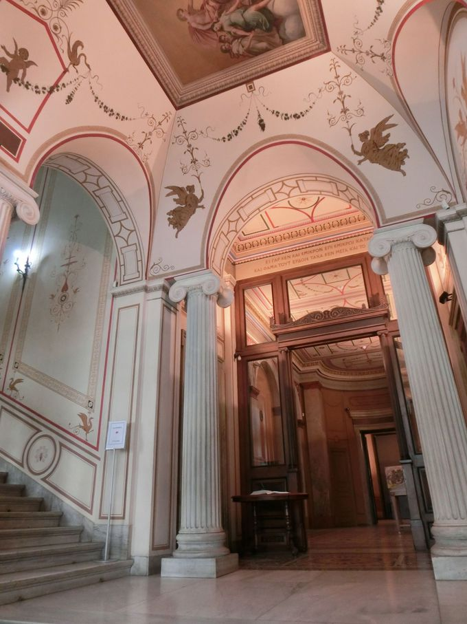 玄関ホールから古代ギリシア・ローマ趣味全開!