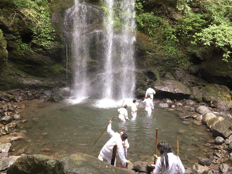 滝行で心身リフレッシュ!南足柄「夕日の滝」で修験者体験