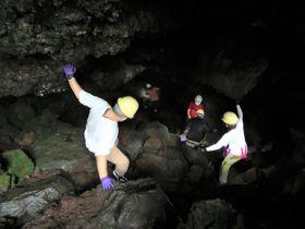 『ブラタモリ』のガイドと行く!本格的洞窟探検「青木ヶ原樹海と富士風穴」