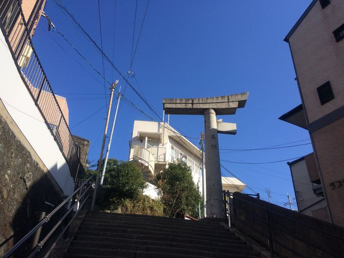 戦後今なお佇む山王神社の「片足鳥居」
