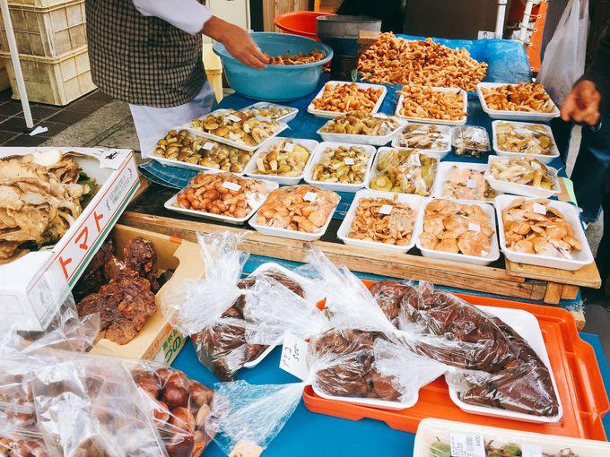 春は山菜!秋はきのこ!朝市は旬の食材のパラダイス