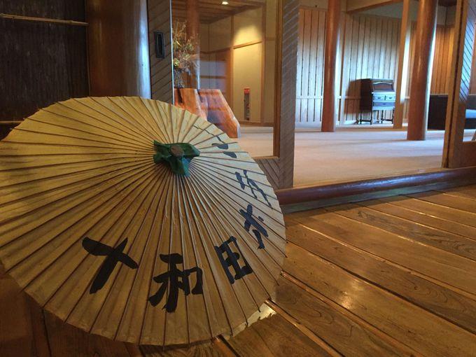 「十和田ホテル」本館の玄関ホールはいちばんの見どころ!