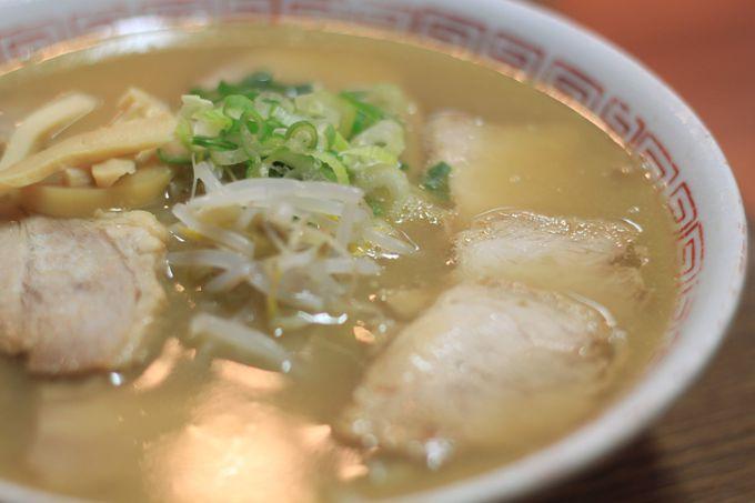 鳴門で人気の「黄系」は黄金色に輝くスープが特徴