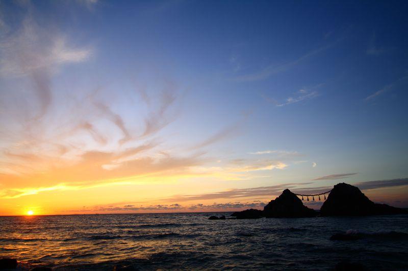 夕陽×夫婦岩=日本夕陽百選の一つ、福岡「桜井二見ヶ浦」