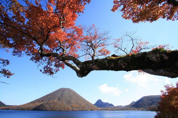 湖のすぐそばには榛名山が