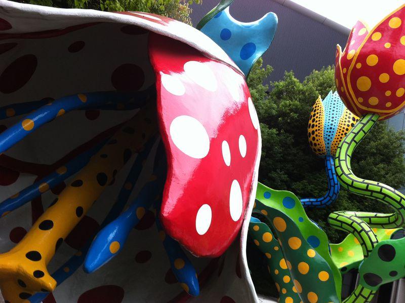 館外にもドット柄!長野「松本市美術館」草間彌生アートを無料で体感